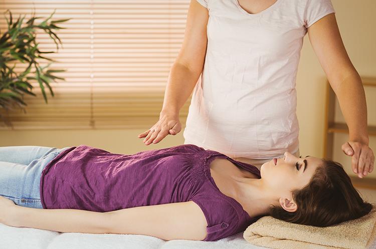 young-woman-having-reiki-treatment (3)
