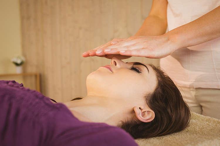 young-woman-having-reiki-treatment (6)